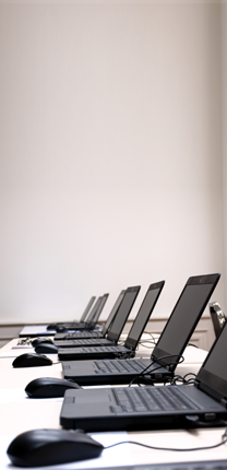 Uppradade datorer på ett bord i ett klassrum