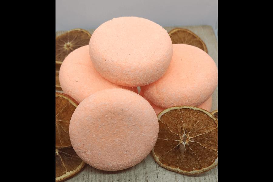 Burvīgs apelsīnu ēteriskās eļļas aromāts apvienojumā ar skaistu vasarīgu krāsu.