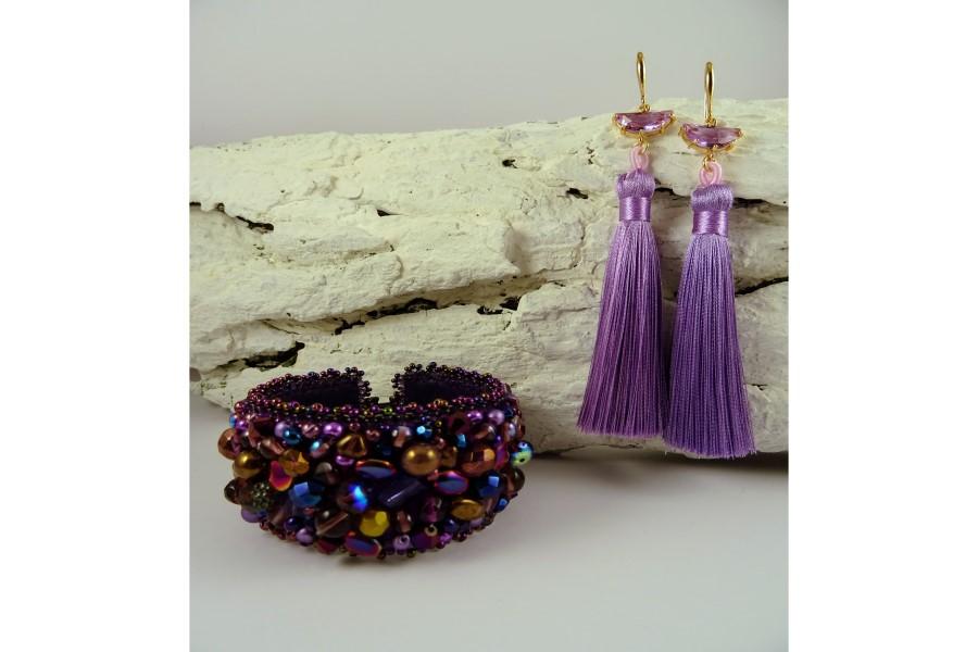 Elegants un grezns rotu komplekts, kas sastāv no rokassprādzes un auskariem. Pieejamas dažādu krāsu kombinācijas. Rotu māksliniece Agnese Lapiņa.