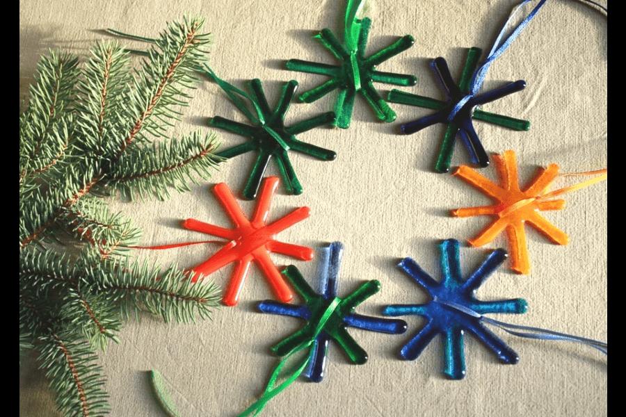 Ziemassvētku zvaigznes- eglīšu rotājumi   Ledene