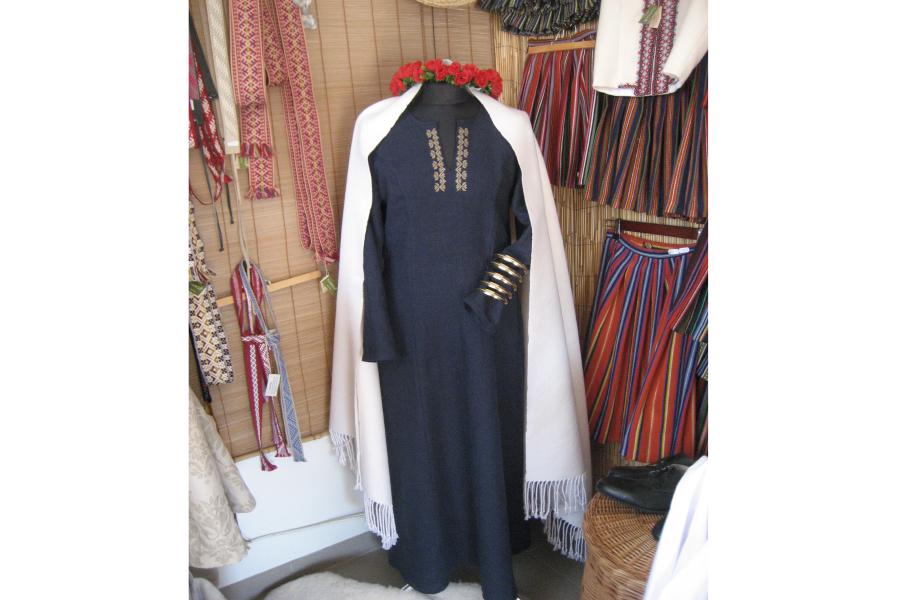 Linu kleita vasarai - tumši zila ar tautisku izšuvumu | NAOSs SIA