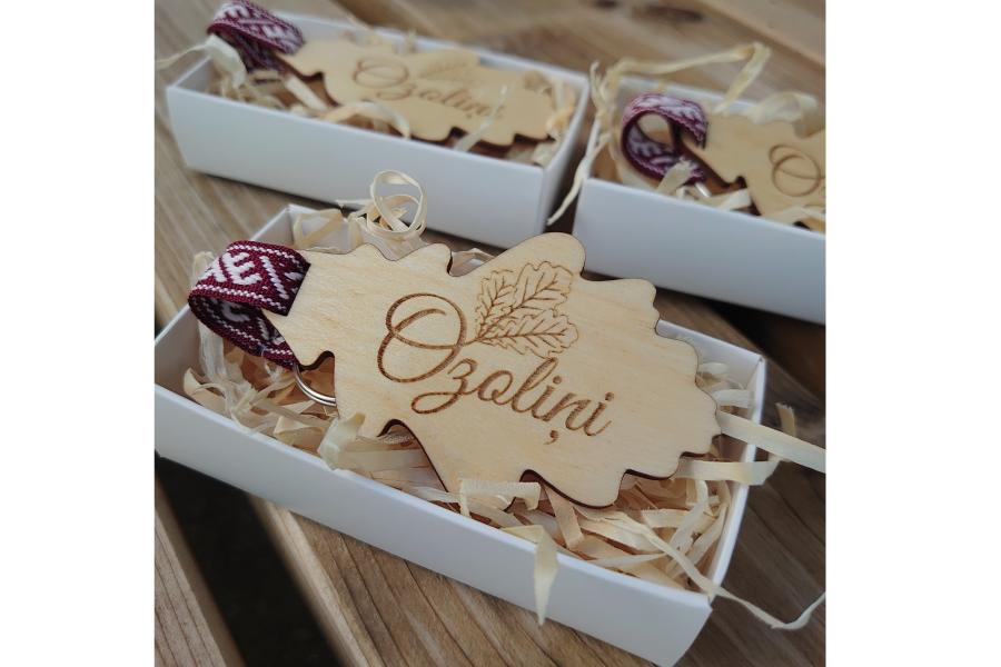 Koka atslēgu piekariņš, dāvanas, korporatīvās dāvanas, individuālās dāvanas, svētkiem, svinībām, kāzām, piegāde visā Latvijas teritorijā.