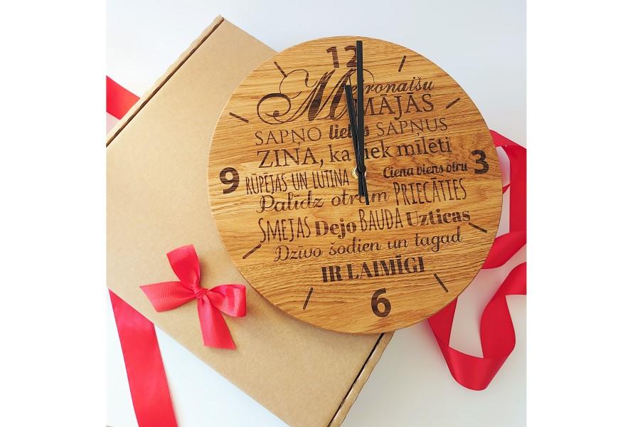 Oriģināla dizaina koka pulkstenis ar iegravētu mājas nosaukumu, korporatīvās dāvanas, individuālās dāvanas, dāvanas svētkiem, svinībām, kāzām, piegāde visā Latvijas teritorijā.