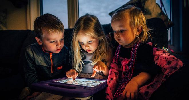 Πώς να μιλήσετε στα παιδιά για τον νέο κορωνοϊό και για τον επιτρεπτό χρόνο μπροστά στις οθόνες