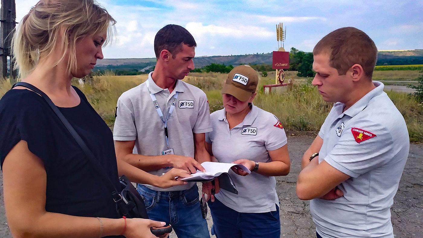 quatre employés de la FSD sur le terrain
