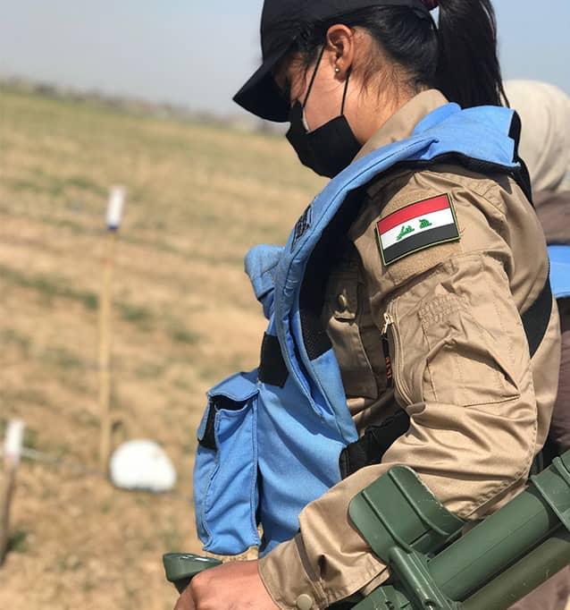 Noor verwendet ihren Metalldetektor.