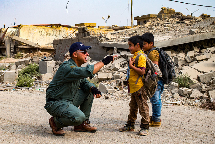 Un employé de la FSD parle à deux garçons