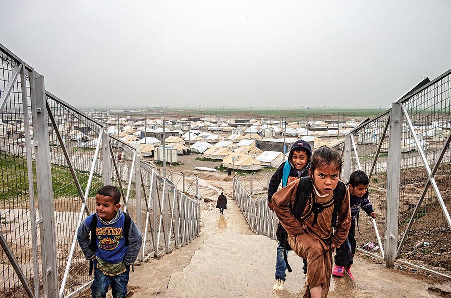 Enfants marchant sur un pont