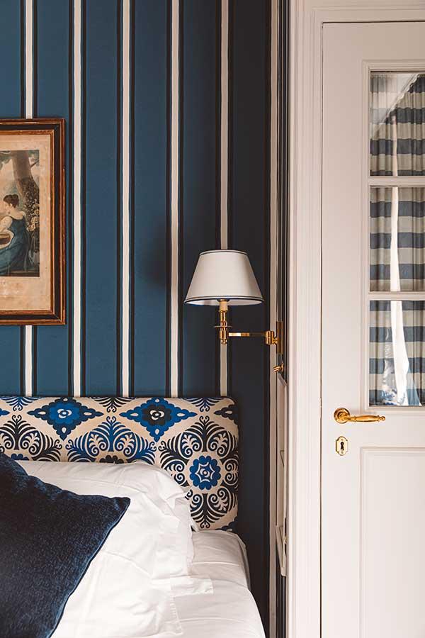 Parisienne - Tête de lit, liseuse et dressing dans une harmonie de bleu et blanc
