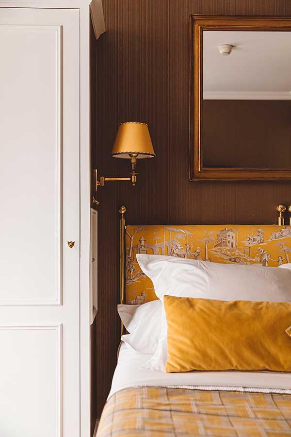 Parisienne - Tête de lit, liseuse et dressing dans une harmonie de jaune foncé, marron et blanc