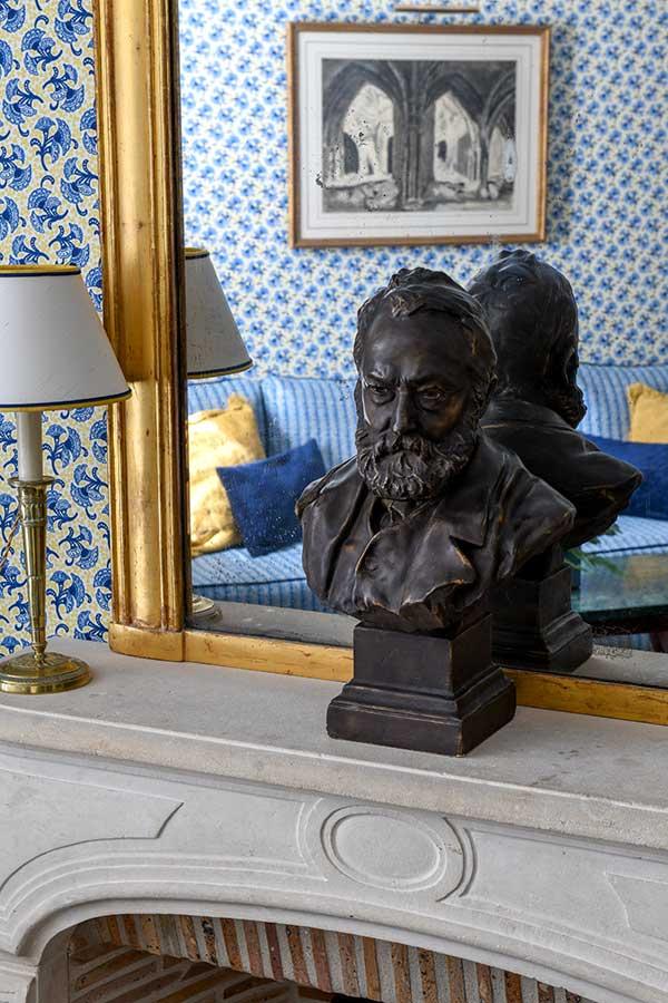 Appartement Terrasse - Cheminée, grand miroir et statue en bronze dans une harmonie de jaune et bleu