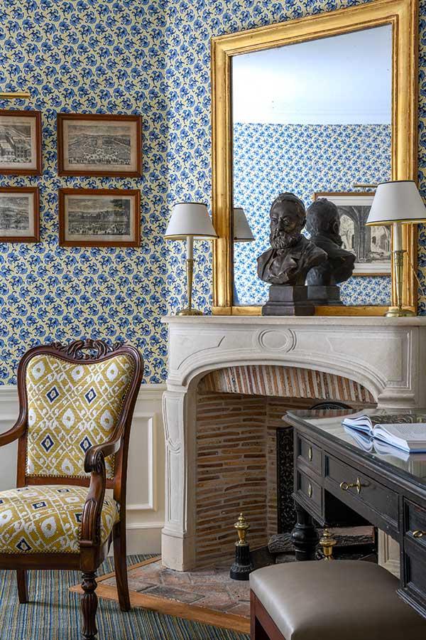 Appartement Terrasse - Grand bureau, cheminée, fauteuil dans une harmonie de bleu et jaune