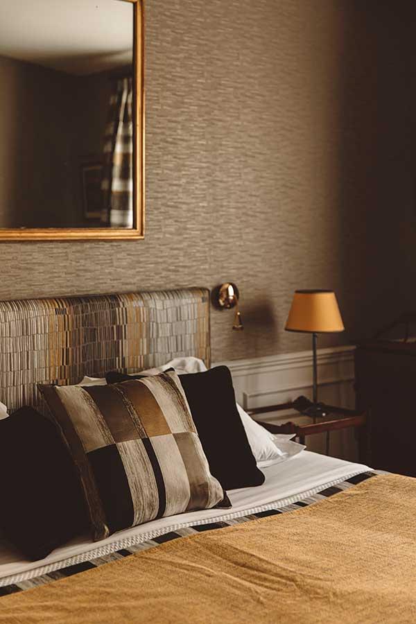 Appartement Terrasse - Tête de lit, coussins, liseuse et grand miroir dans une harmonie de noir et jaune