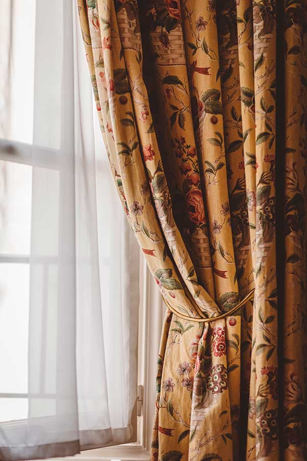 Appartement Terrasse - Rideaux en tissu fleuri jaune