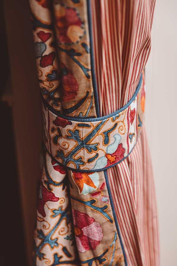 Junior Suite Jardin - Rideau avec motifs de couleur bleu et rouge