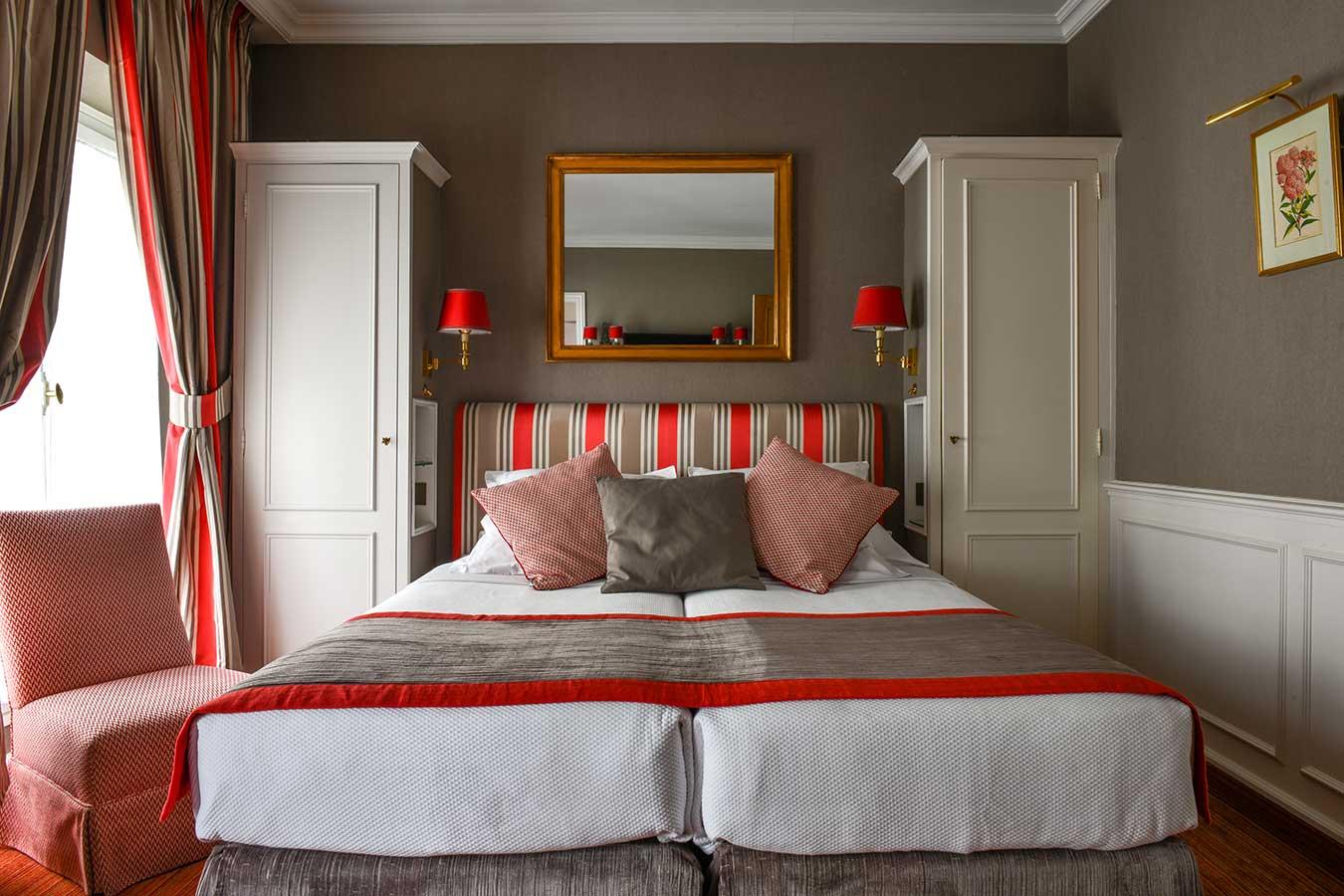 Chambre Parisienne, harmonie taupe et rouge en configuration twin