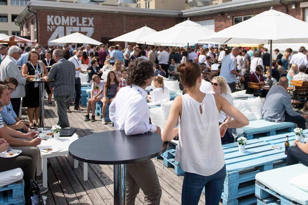 Terrazza Komplex 457 (Shisha bar) guarda le partite dalla nazionale Italiana di calcio