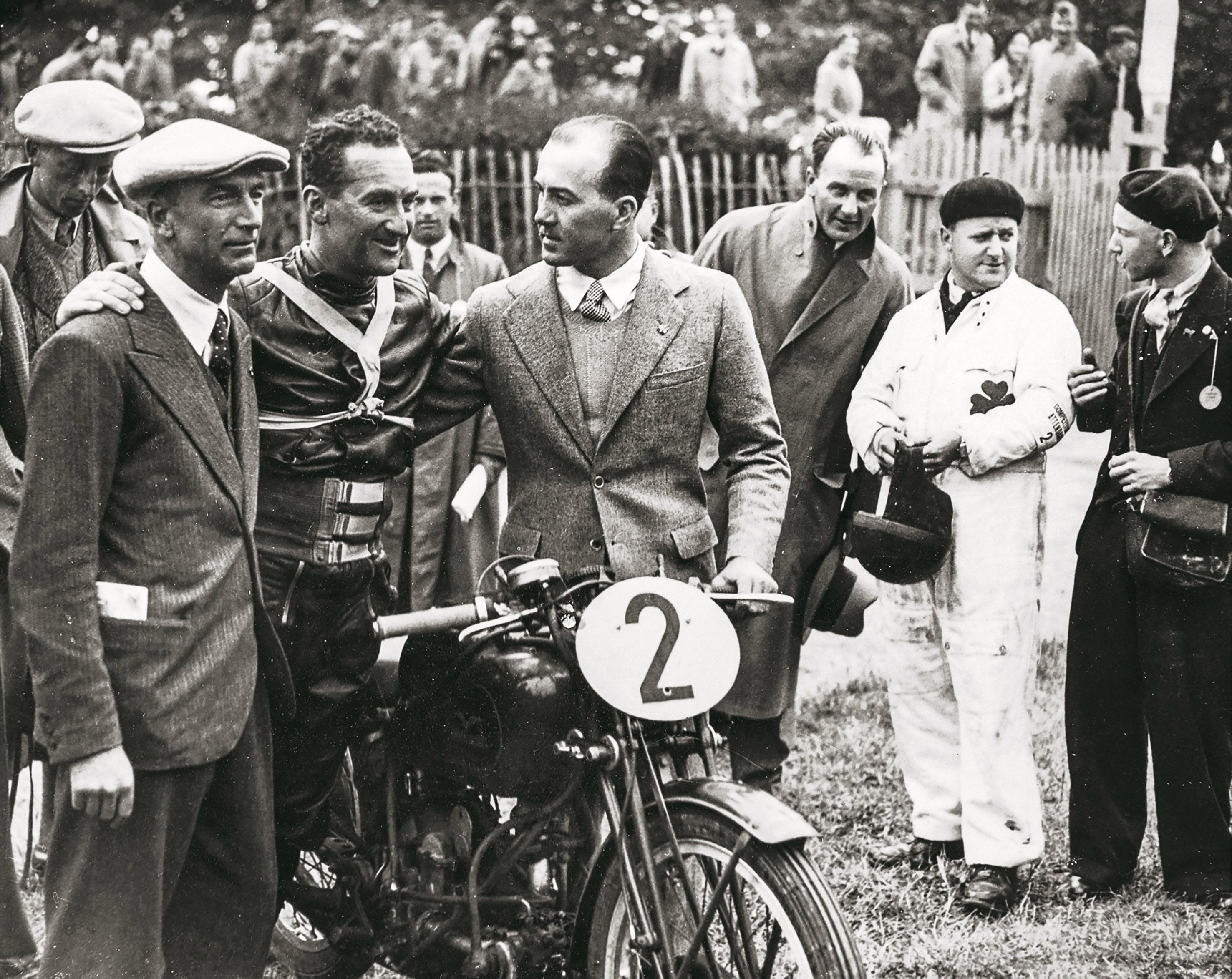 Moto Guzzi festeggia 100 anni, scopri il libro dell'anniversario Tuttoitalia