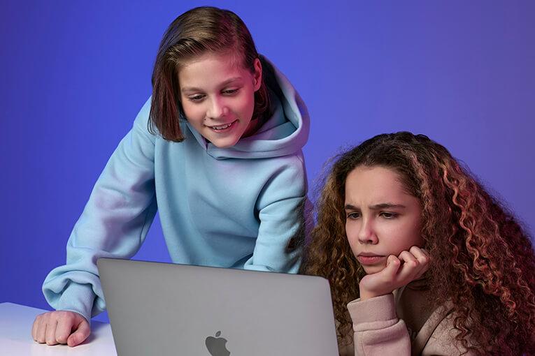 girls_with_macbook