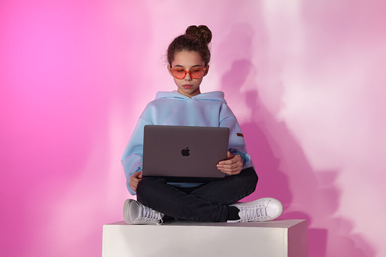 girl_with_macbook