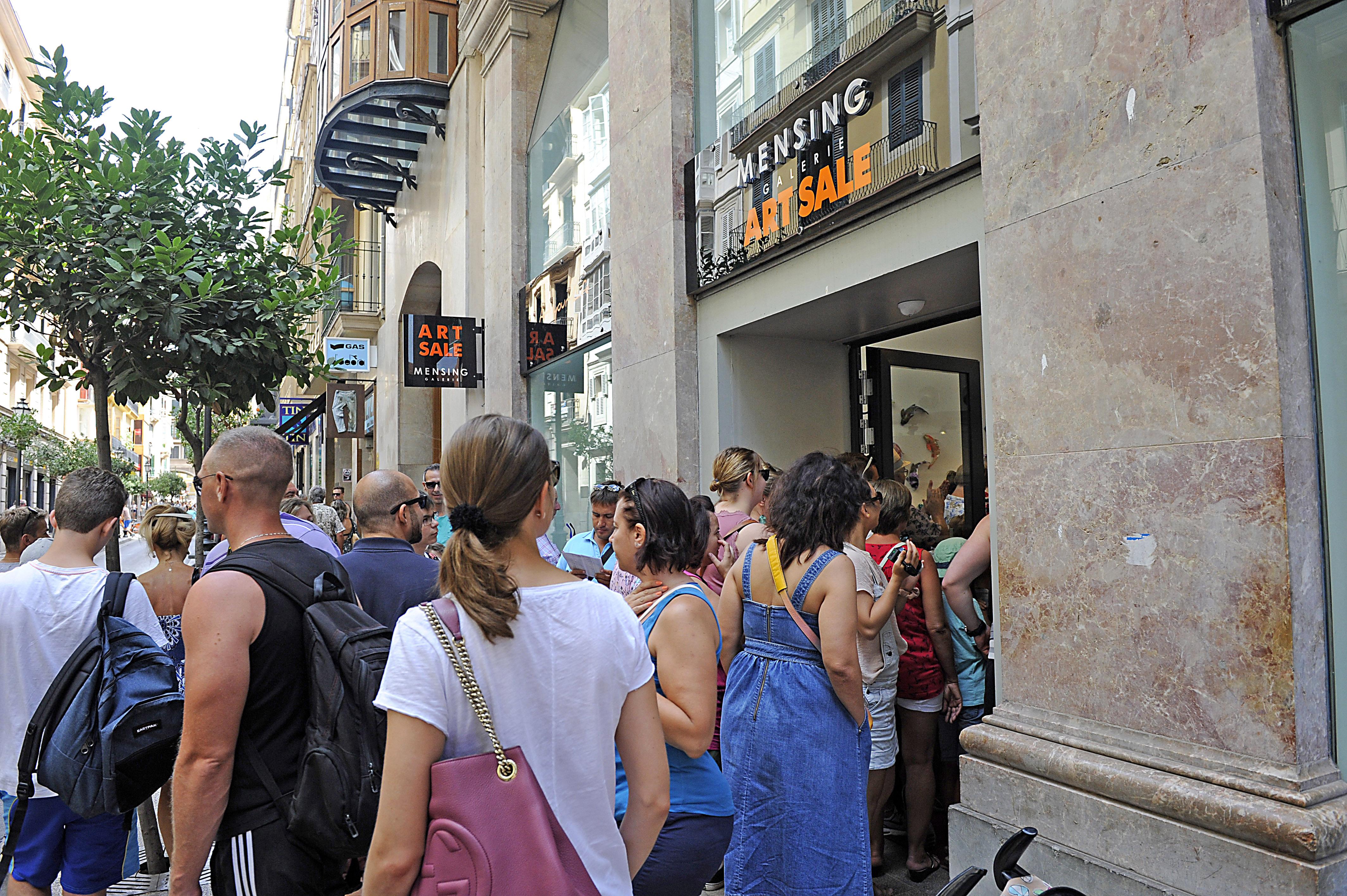 Schlange stehen vor unserer Galerie in Palma