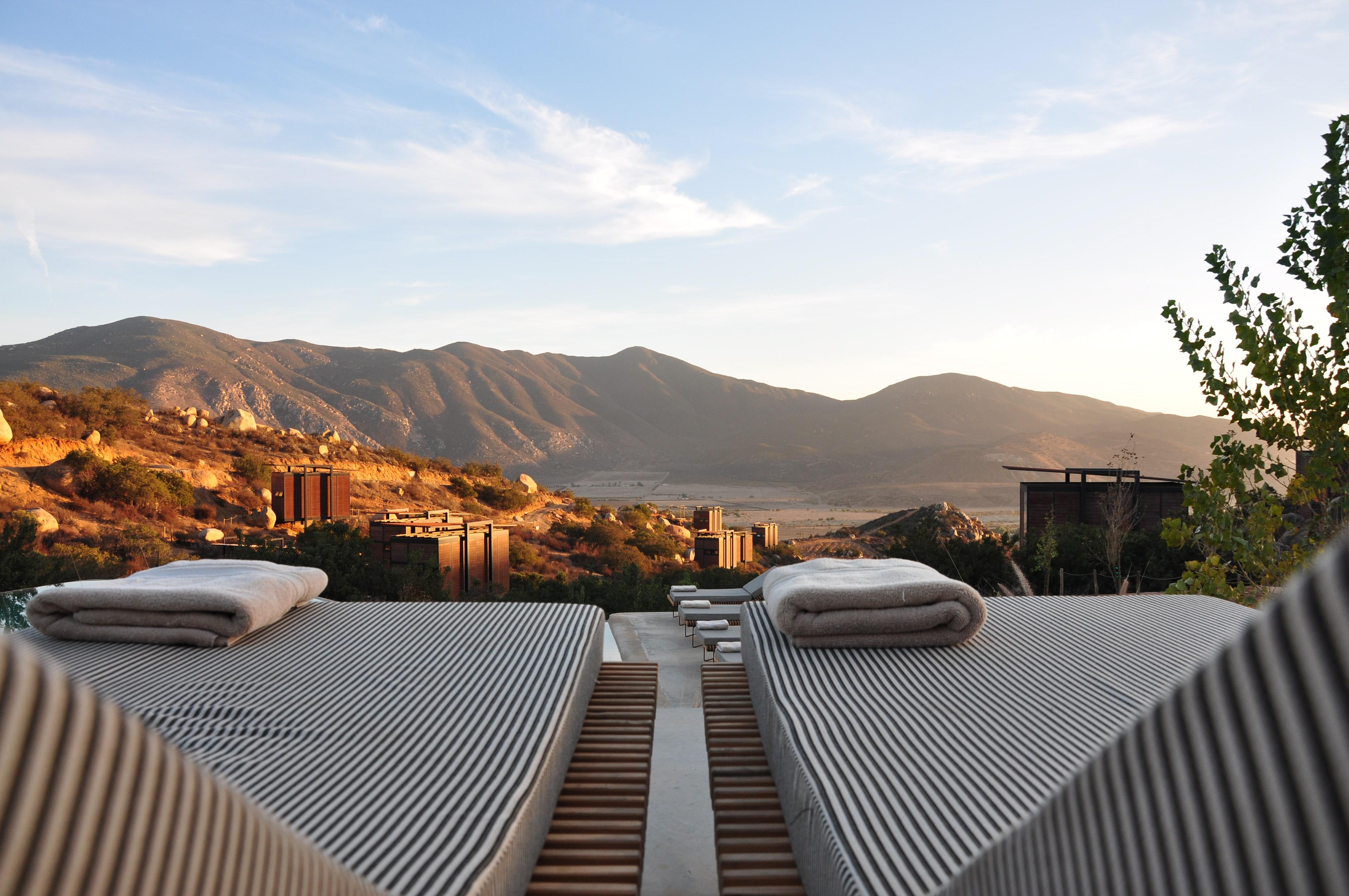Un albergo di montagna con due materassi in una terrazza al tramonto