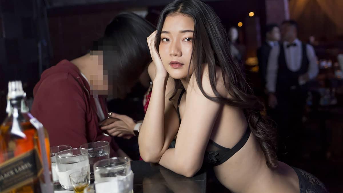Bikini Girl at the Pimp Bangkok sitting at the Table