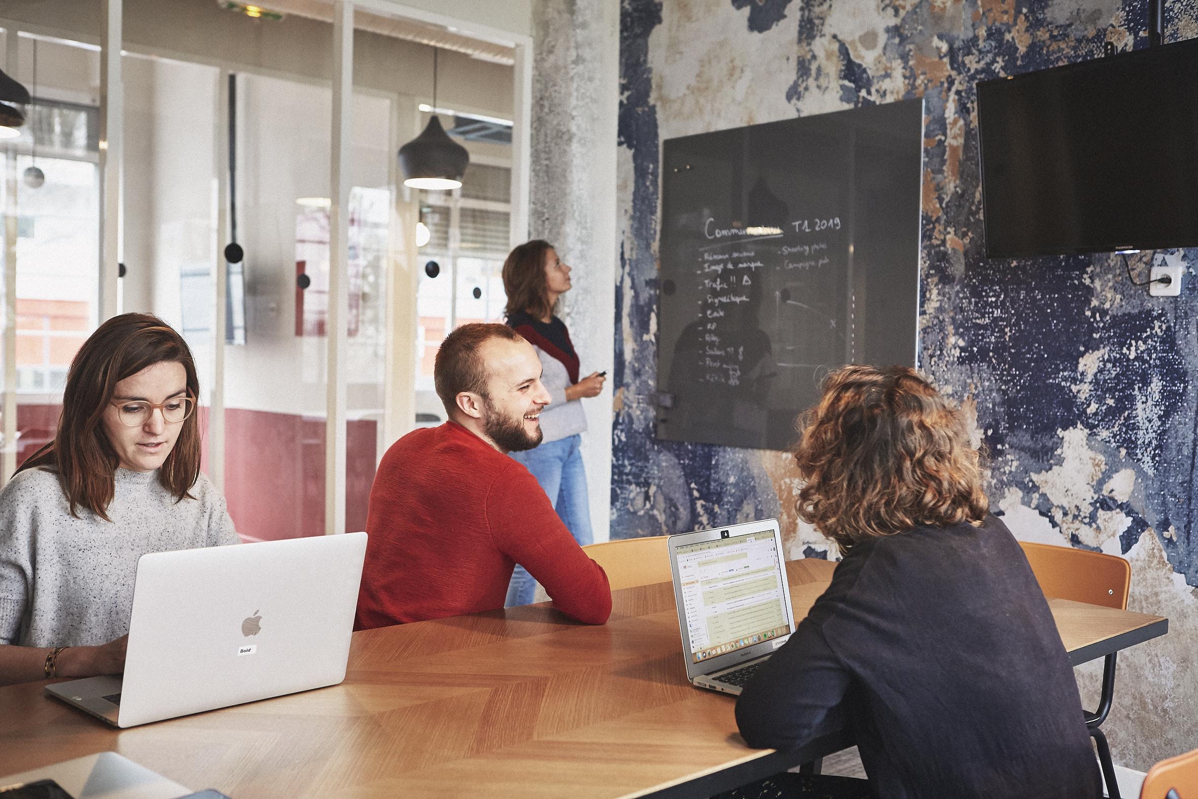 une salle de réunion chez morning dans un coworking à paris