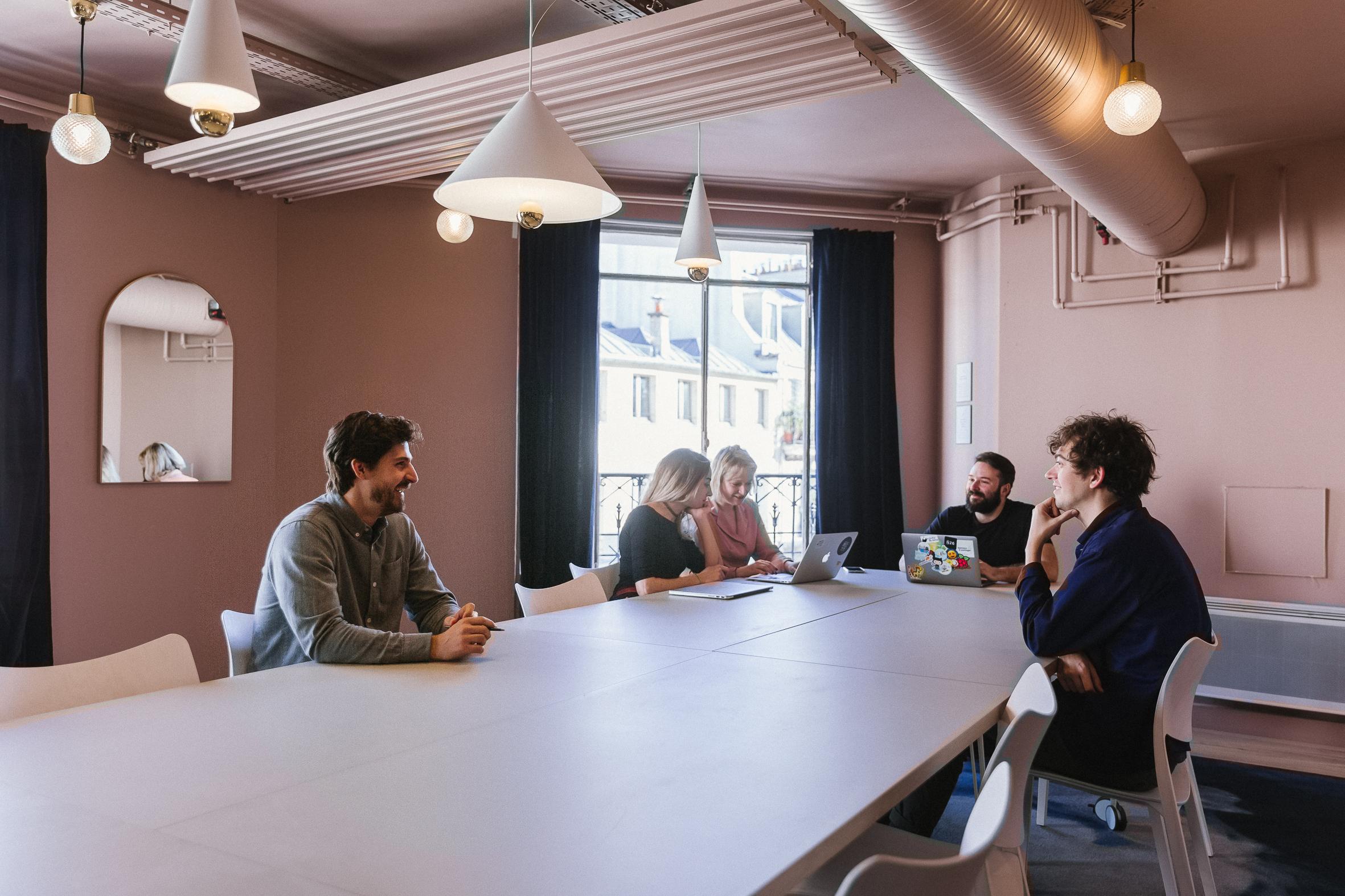 une salle de réunion design