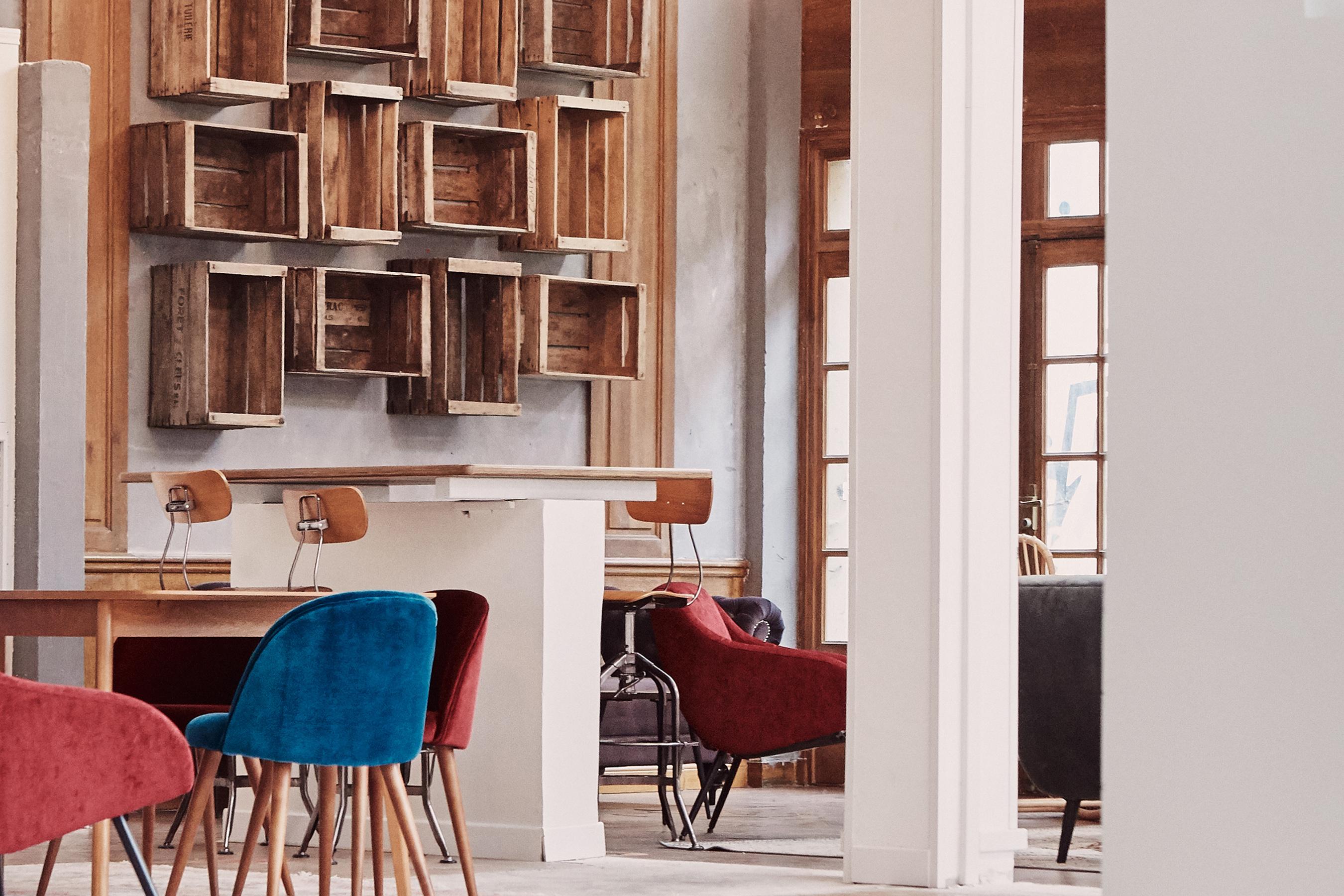 Aménagement espace bureau - espace de travail avec chaises hautes