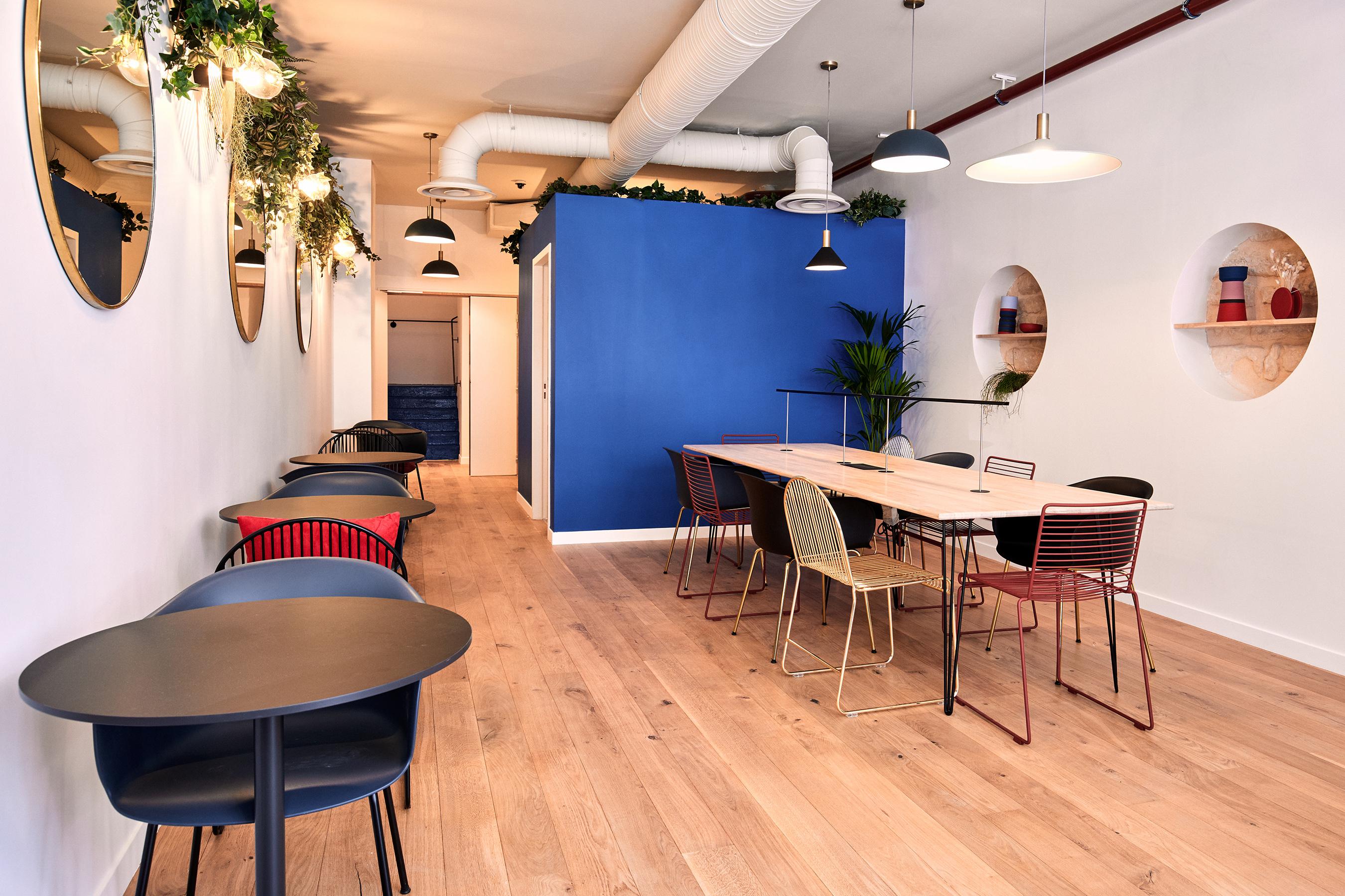 Aménagement espace bureau - petite table de café dans espace commun