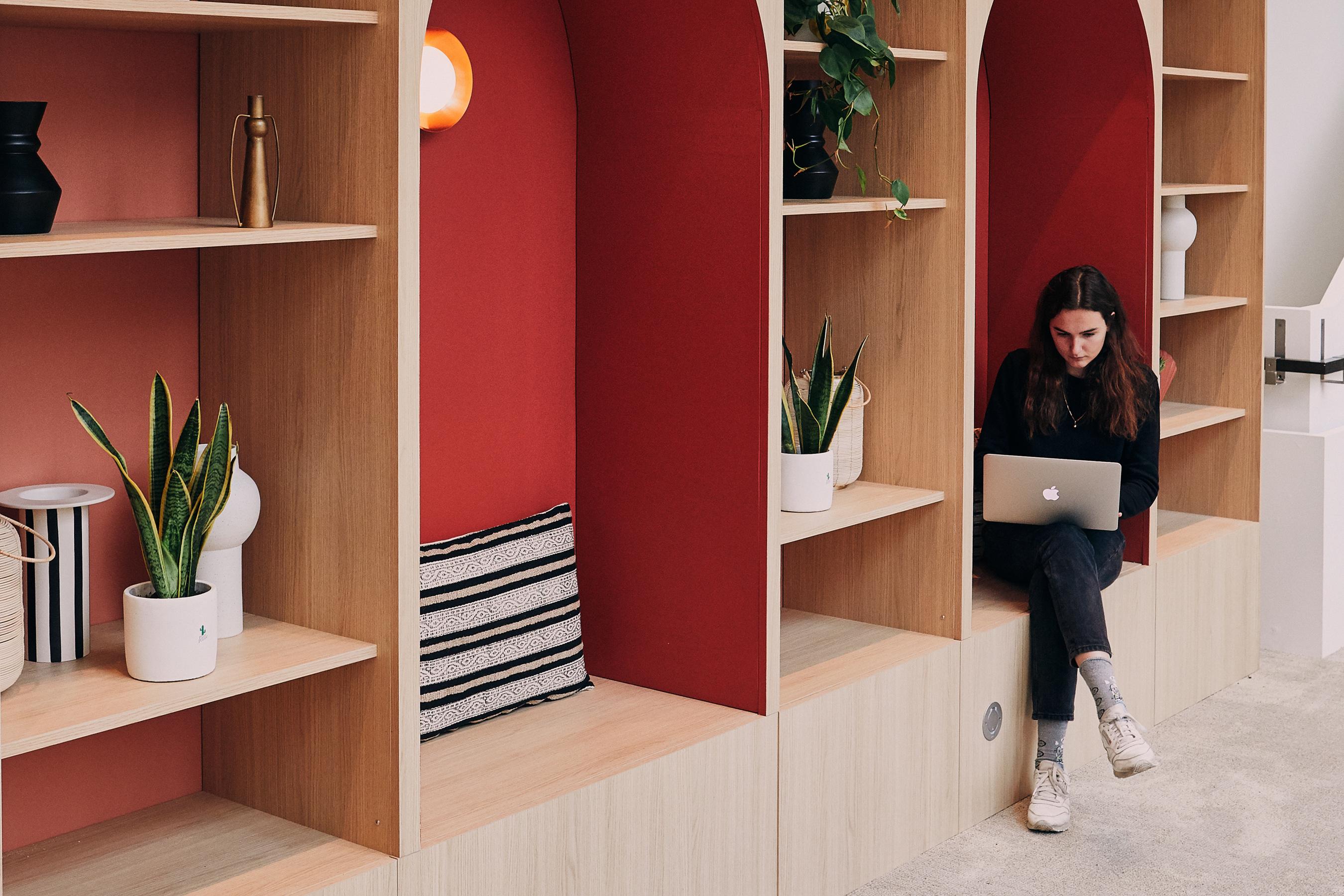 Aménagement espace bureau - décoration design avec siège individuel de travail