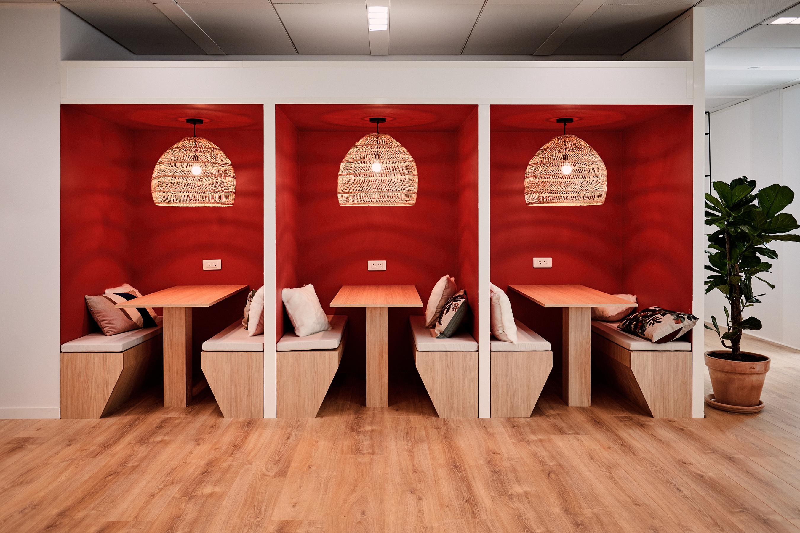 Aménagement espace bureau - table de réunion dans des box
