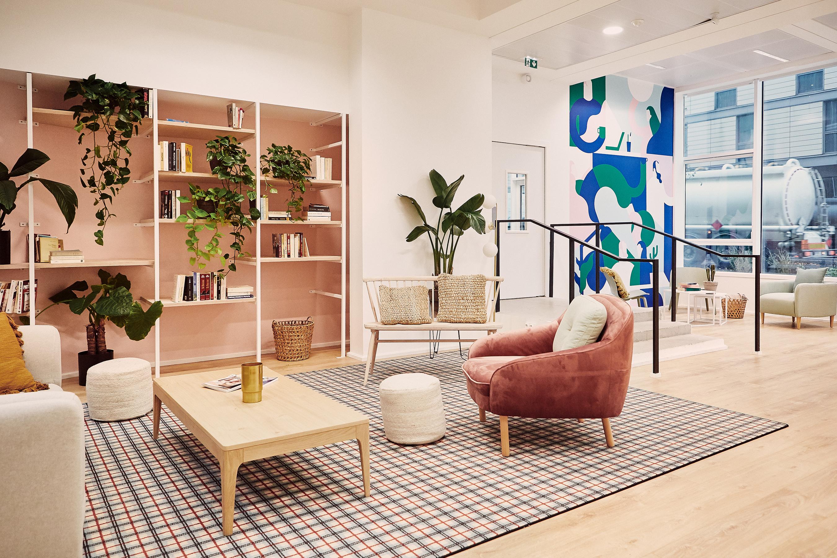 Aménagement espace bureau - coin détente avec bibliothèque