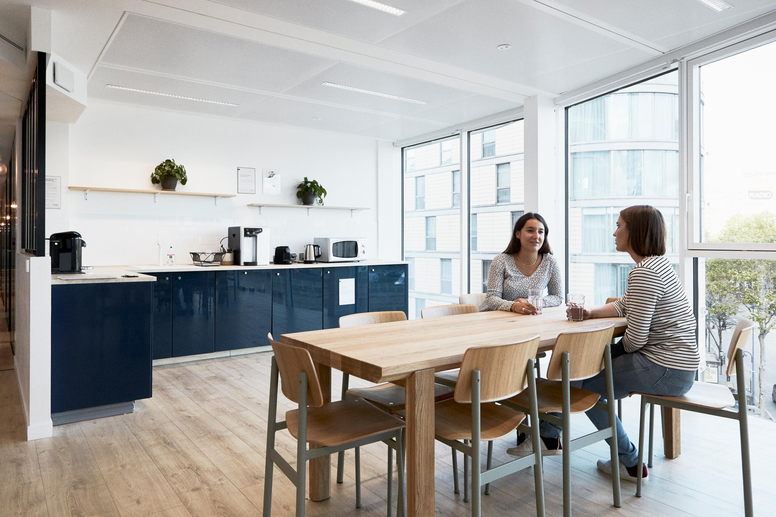 Aménagement espace bureau - cuisine aménagée avec table à manger