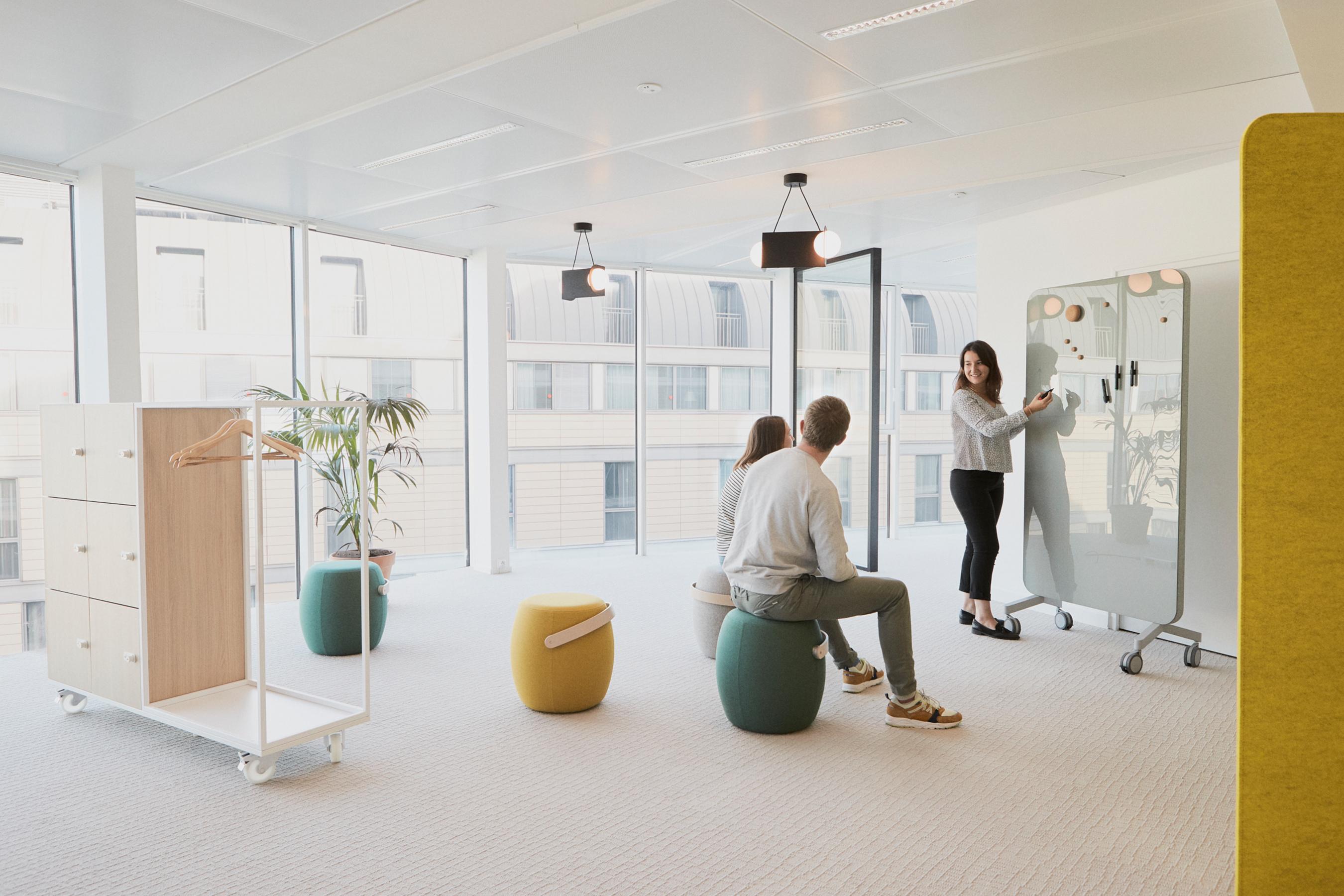 Aménagement espace bureau - salle avec outils créatifs