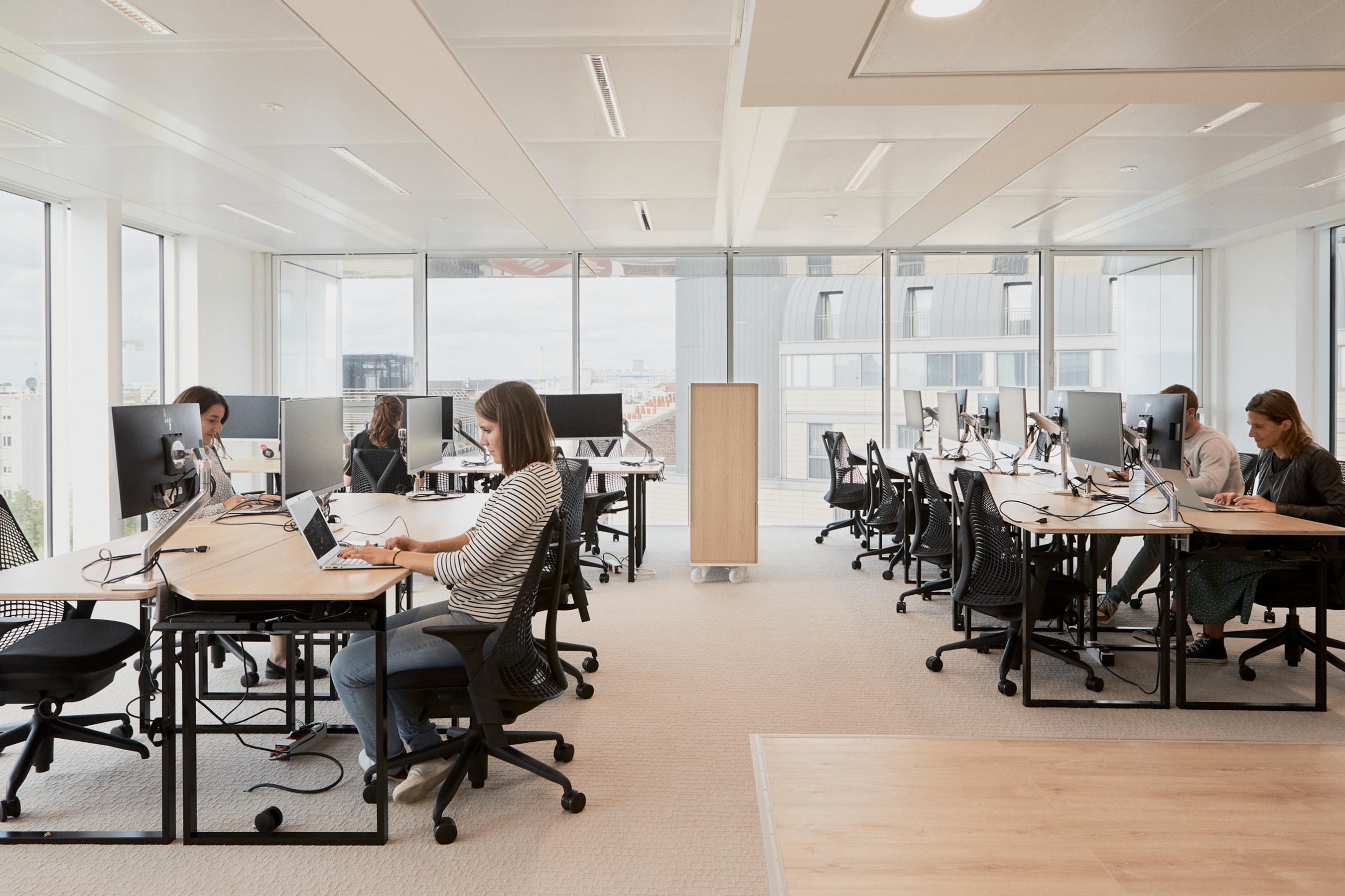 Aménagement espace bureau - open space de bureaux avec double écran