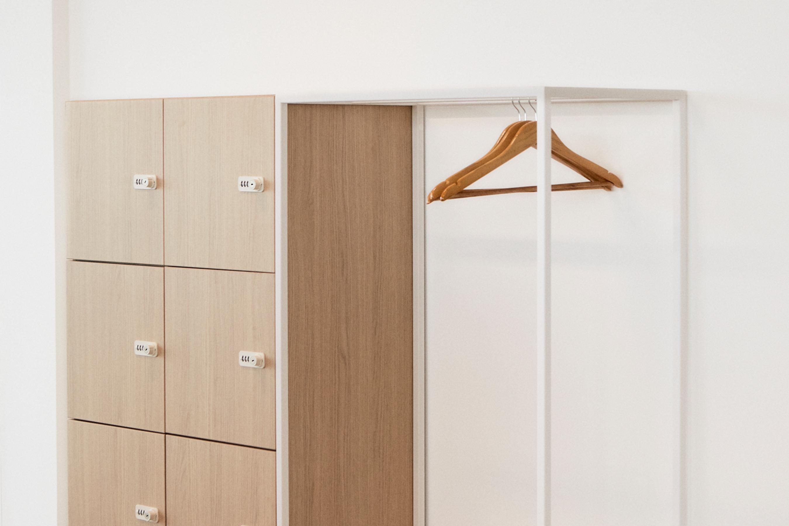 Aménagement espace bureau - casiers individuels avec porte manteau