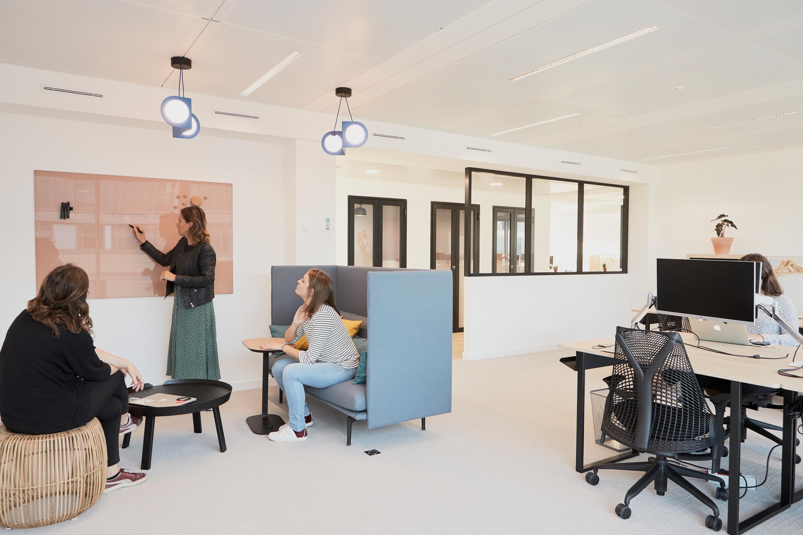 Aménagement espace bureau - coin créatif dans le bureau