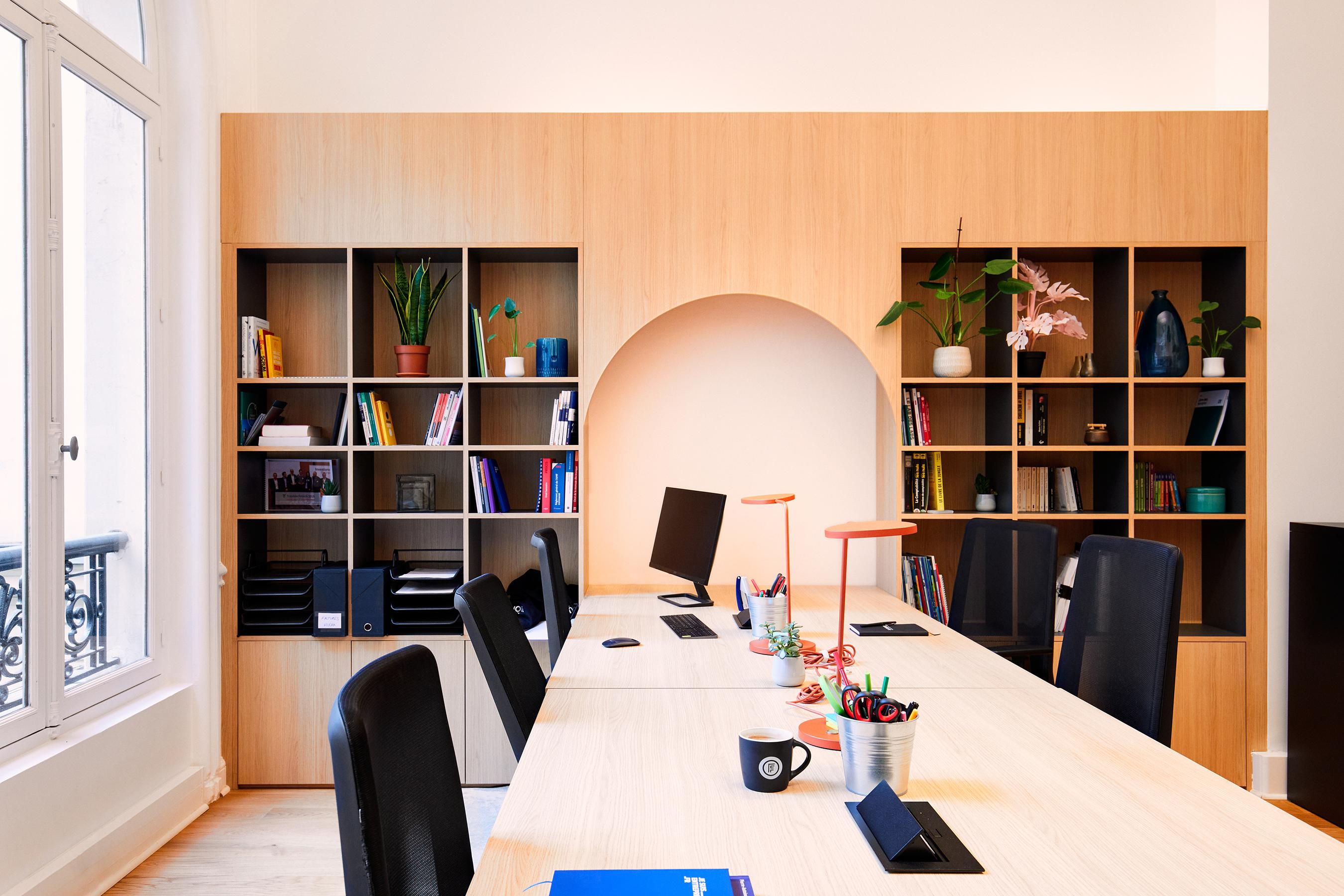 Aménagement espace bureau - bureau avec bibliothèque et lampe de travail