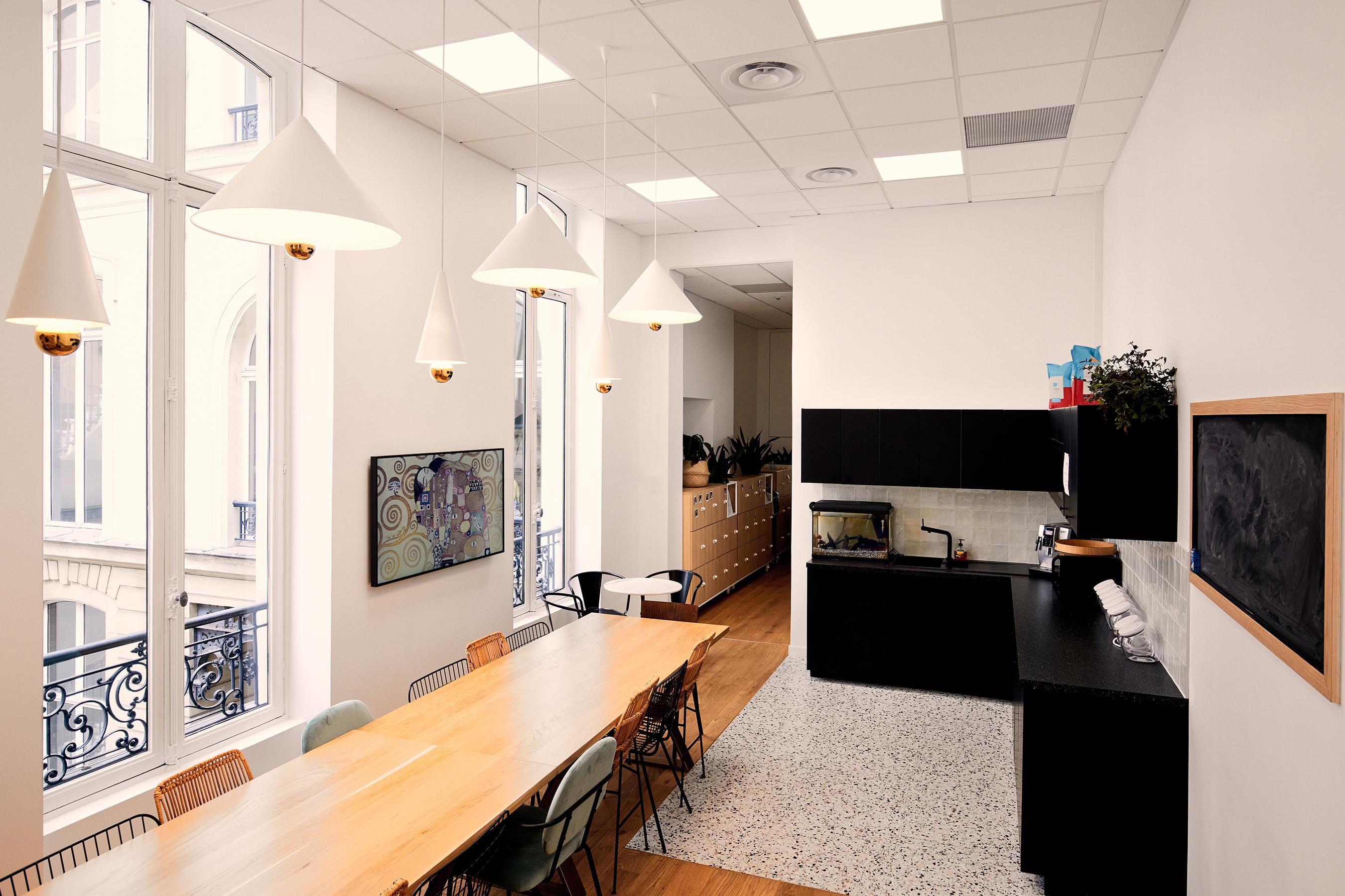 Aménagement espace bureau - cuisine aménagée avec grand table à manger