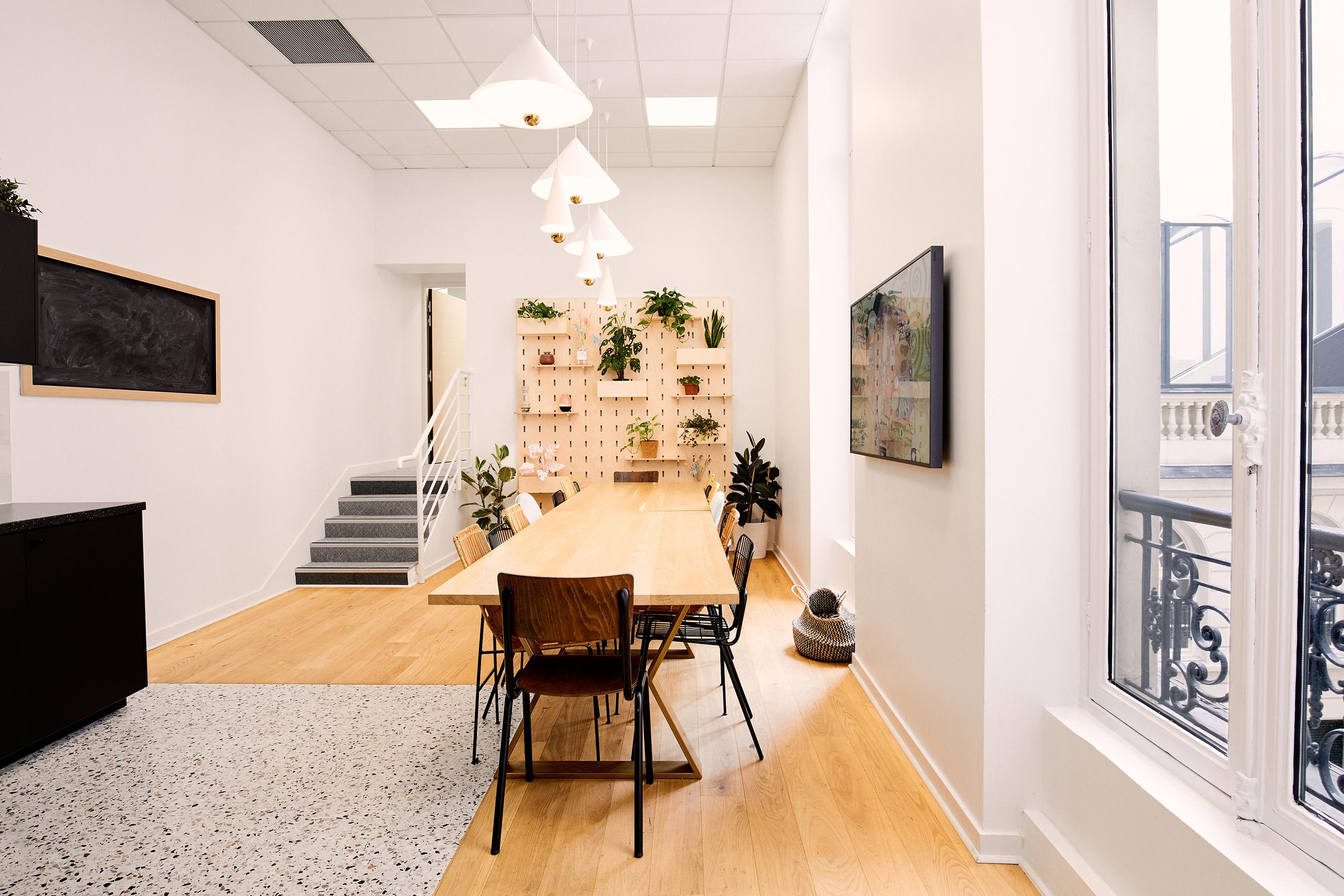Aménagement espace bureau - salle à manger avec mur fleuri