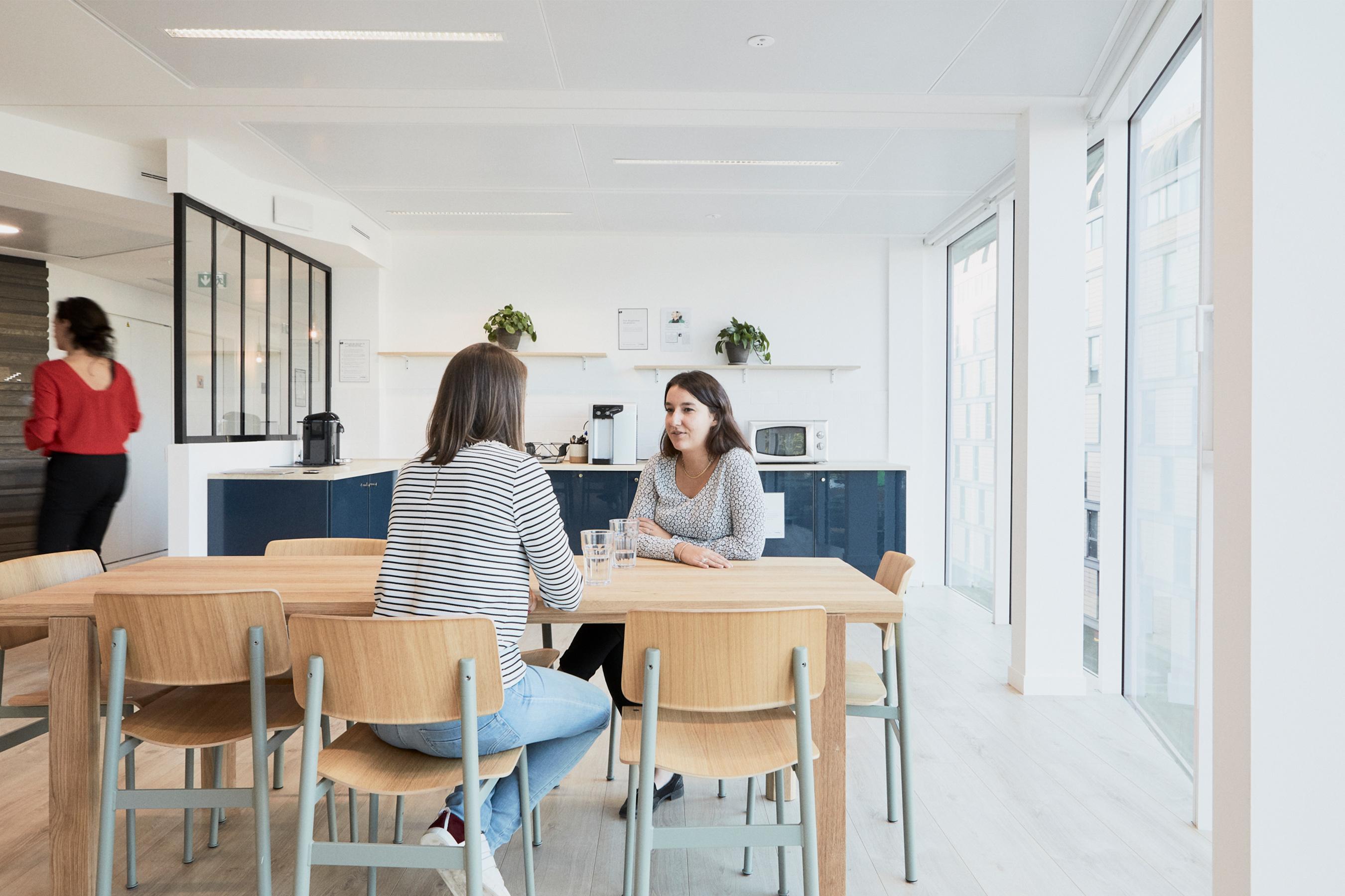 Loreal cuisine commune et tables pour manger et travailler