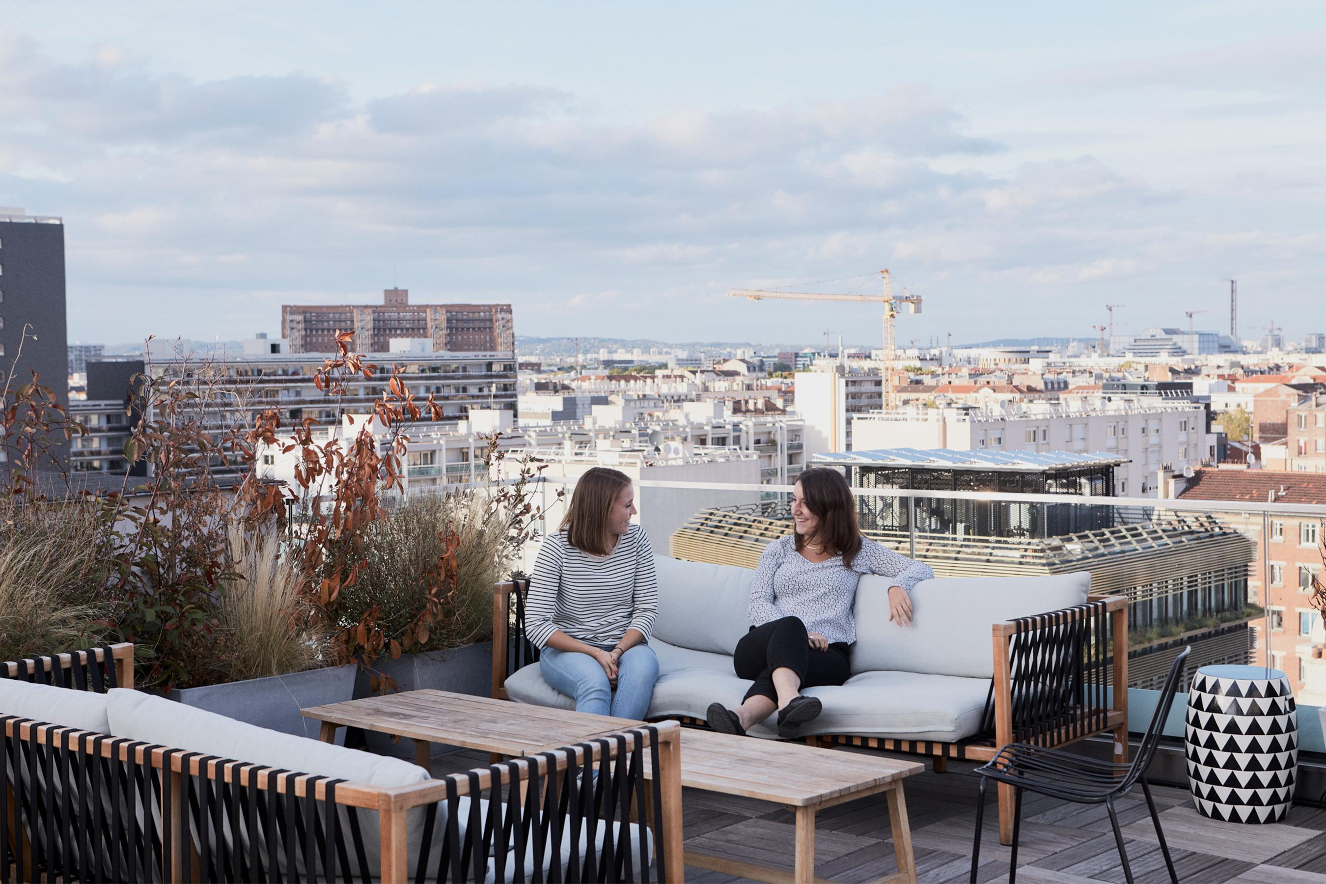 Loreal terrasse avec fauteuils confortables