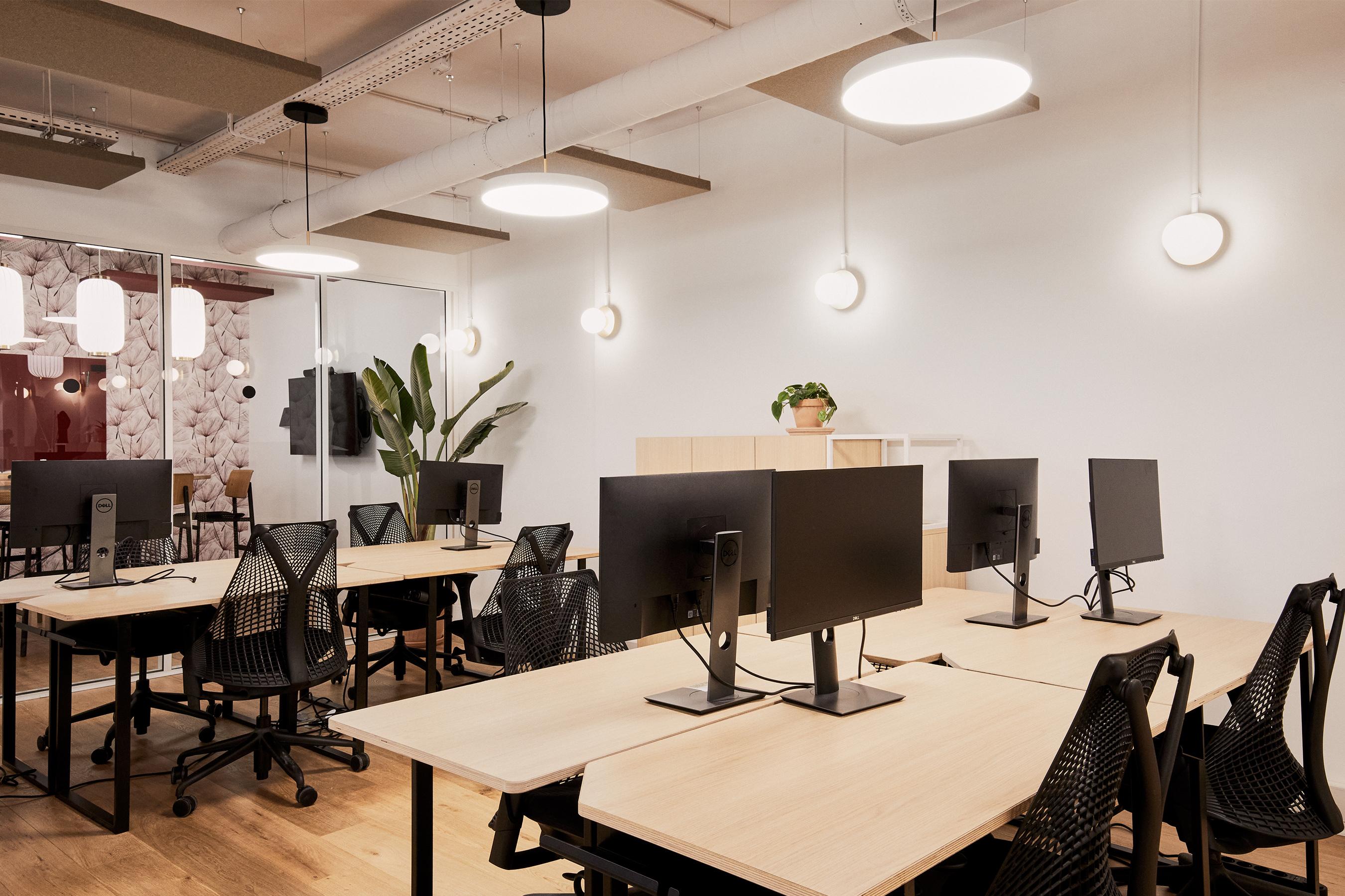 Swile plateau de bureaux aménagé en open space avec une salle de réunion à disposition