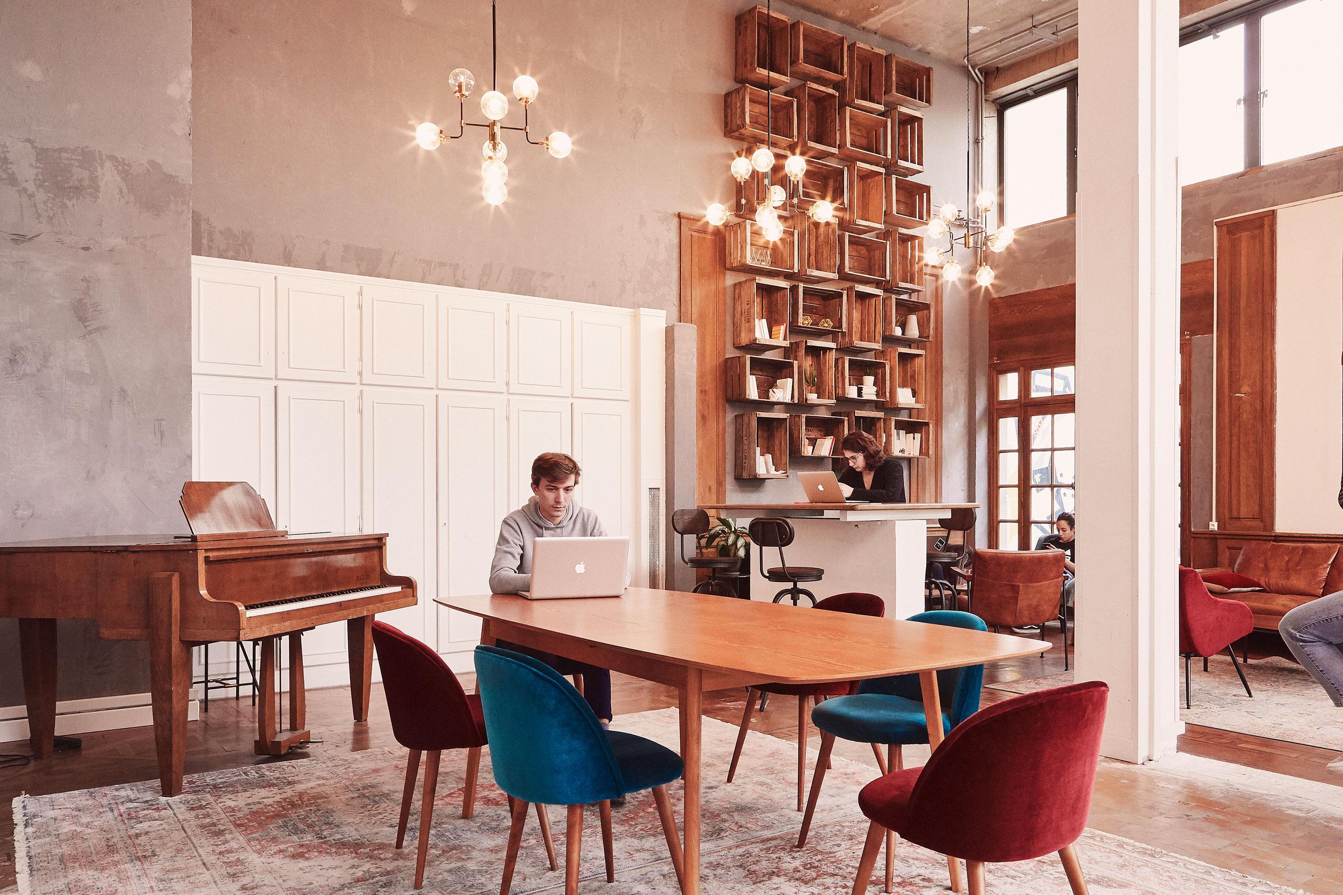 Coworking bagnolet - espace commun avec table