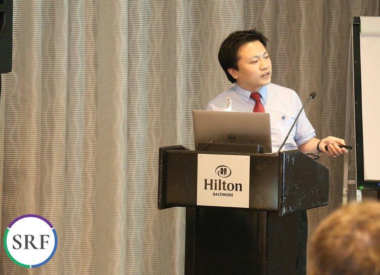 El Dr. Araki dando esperanza a todos los padres en la sala mientras hace que todos los científicos escuchen atentamente. Foto: P. Halliburton.