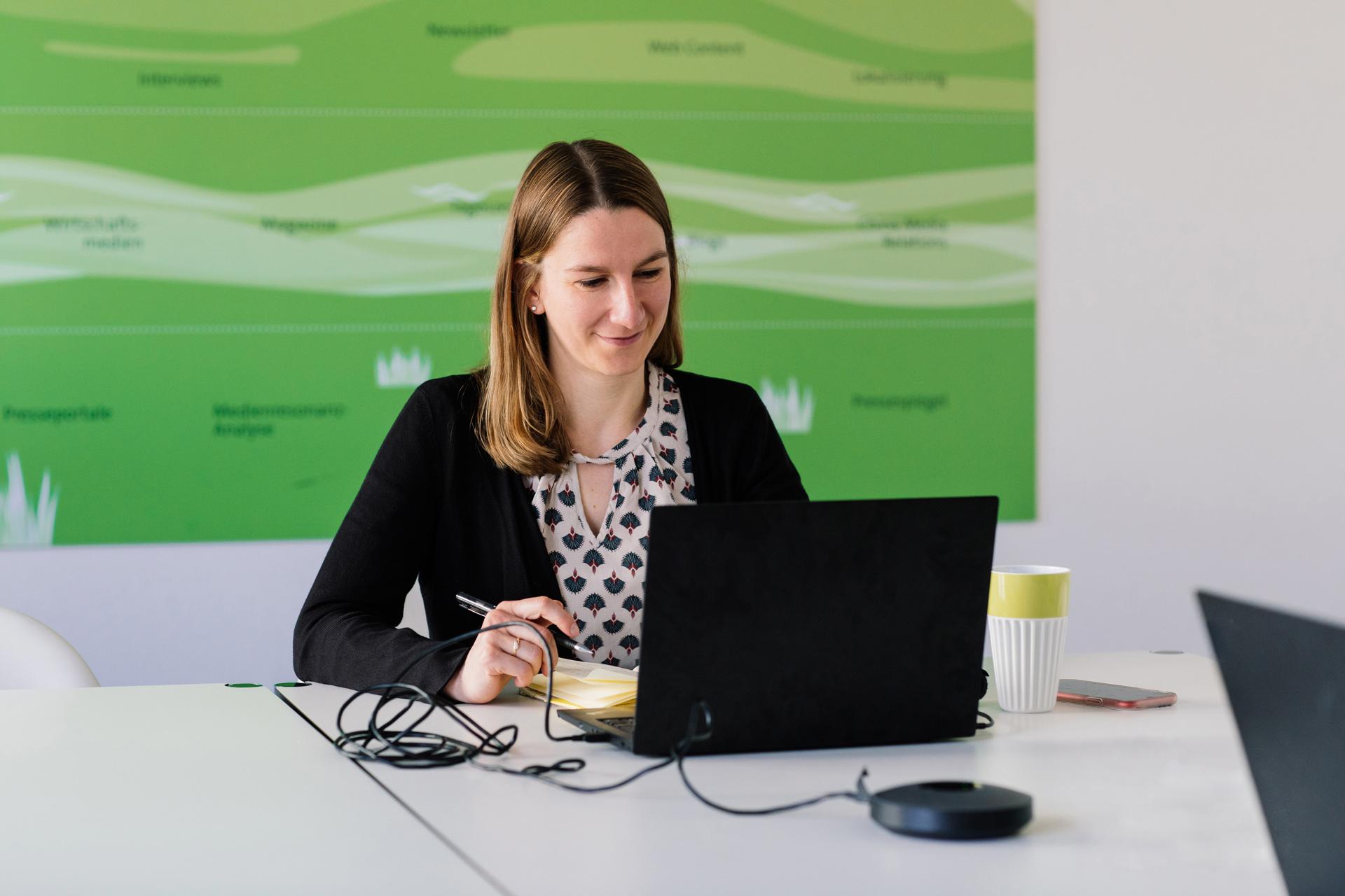 Theresa Stewart während eines WeChat Workshops für einen Kunden
