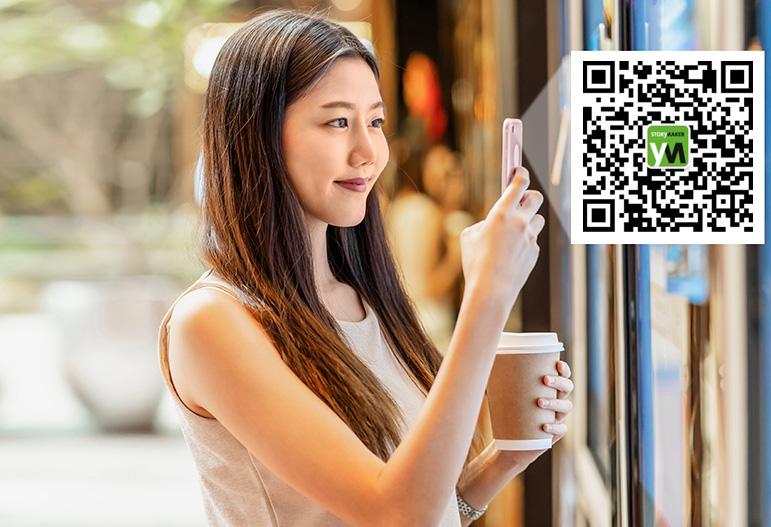 Eine Frau scannt einen WeChat QR Code in einem Geschäft