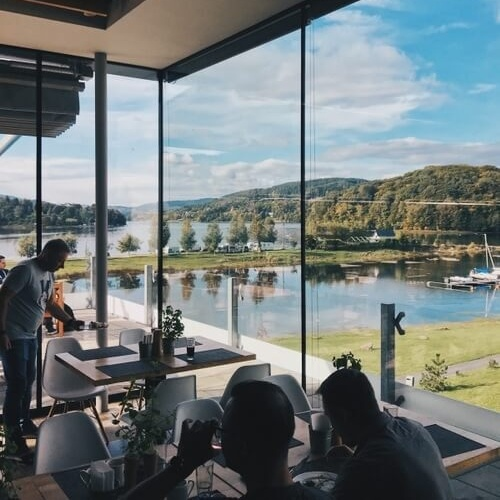 The restaurant with big windows and a view on the lake and the island
